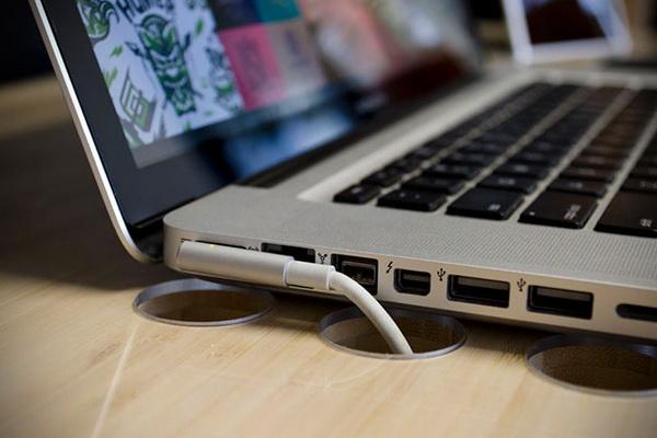 Компьютерный стол SlatePro с отверстиями для гаджетов.