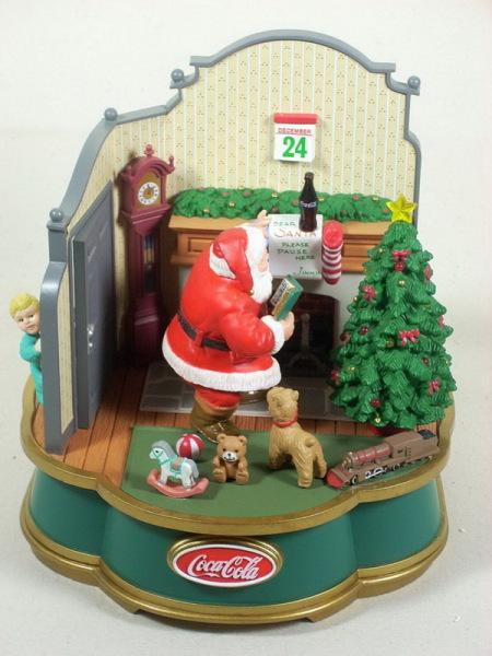 Дед Мороз из рекламы кока-колы на крышке музыкальной шкатулки