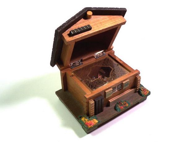 музыкальная шкатулка в форме домика
