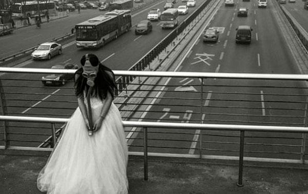 Оригинальная свадебная церемония в противогазах