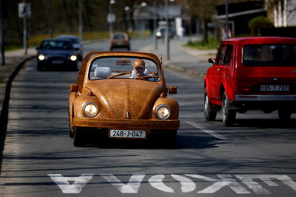 Volkswagen Beetle из дерева.