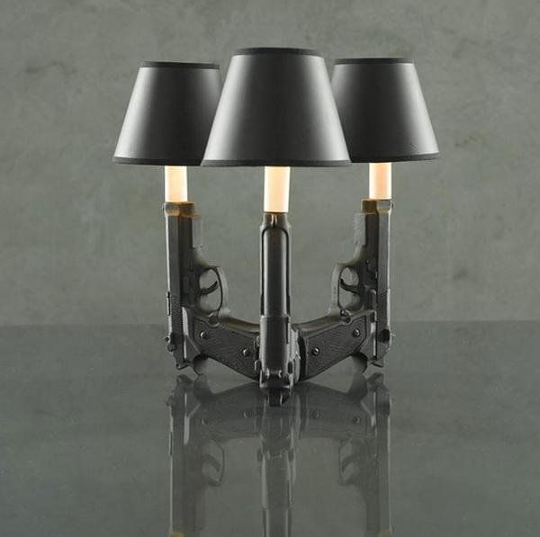 лампа с пистолетами в виде ножки