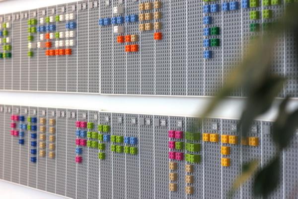 календарь-планировщик из конструктора ЛЕГО от компании Vitamins
