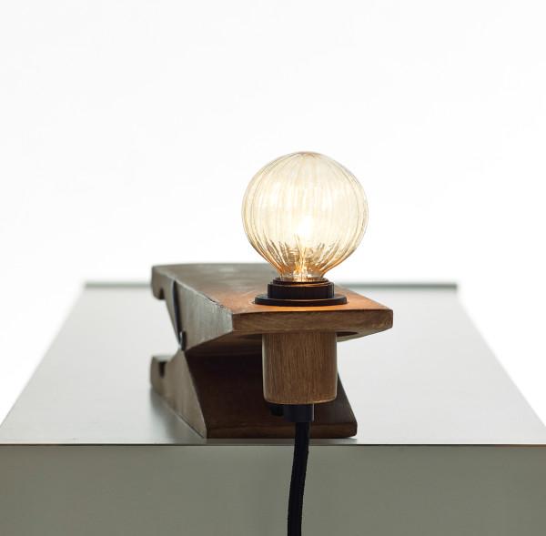 Необычный светильник в форме прищепки