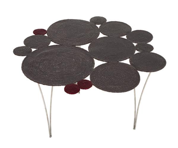 Стол из трикотажной коллекции.