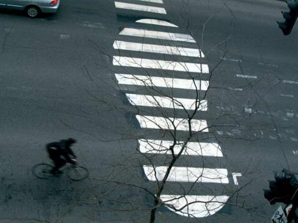 Пешеходный переход в виде отпечатка ботинка