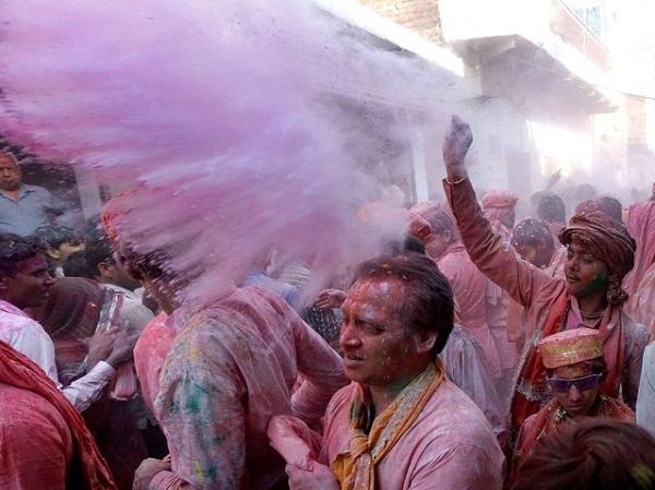 Фантастический фестиваль Lathmar Holi в Индии