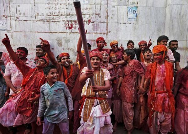 Грандиозный фестиваль Lathmar Holi