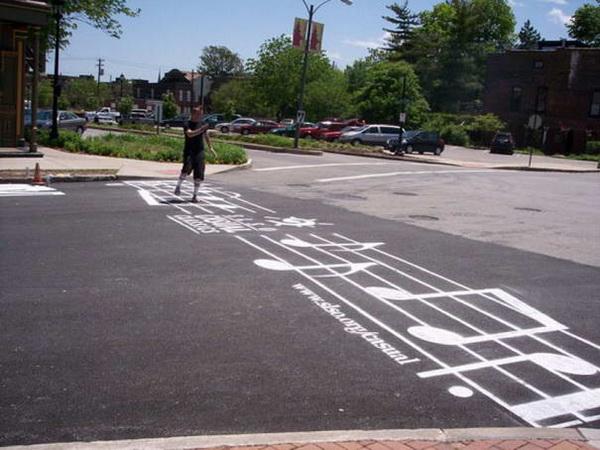 ноты на дороге: необычный пешеходный переход