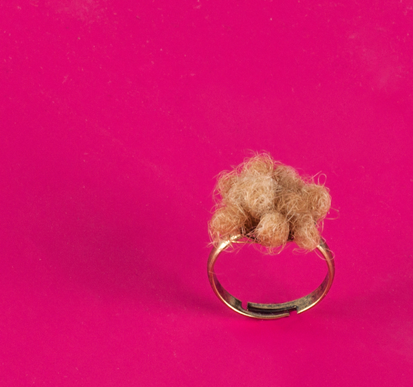 Кольцо с волосами.