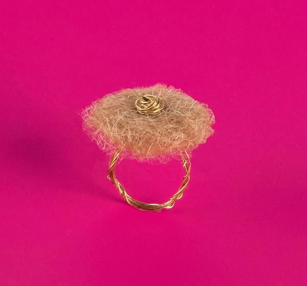 Кольцо с волосами вместо камня.