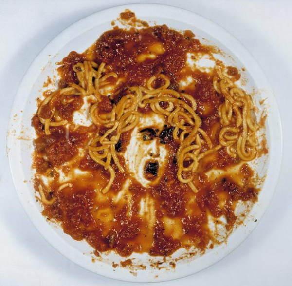 Медуза, нарисованная спагетти и соусом