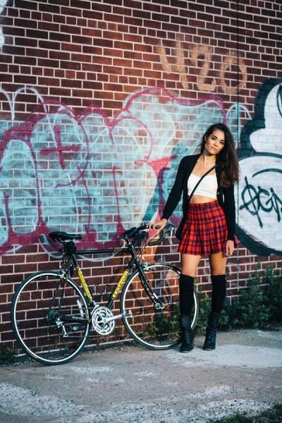 Девушка на велосипеде.