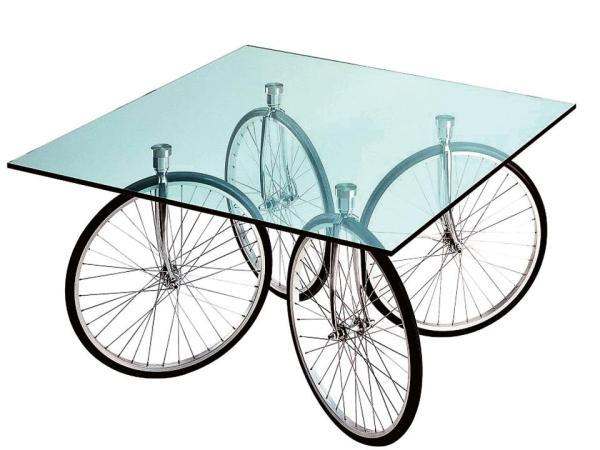 оригинальный стол на велосипедных колесах