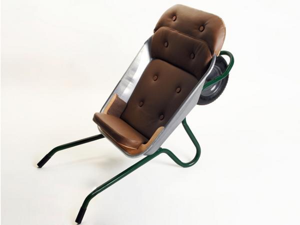 садовое кресло, переделанное из тачки
