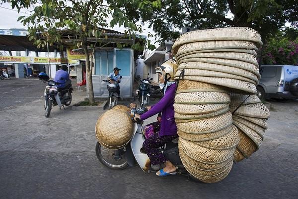 Жители Вьетнама на мотоциклах.