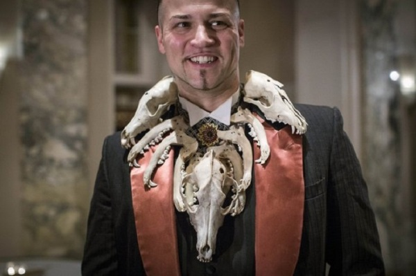 Член клуба, Baron Ambrosia, украшенный черепом койота