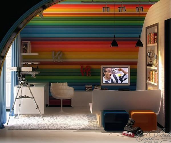 Большие цветные карандаши на стене
