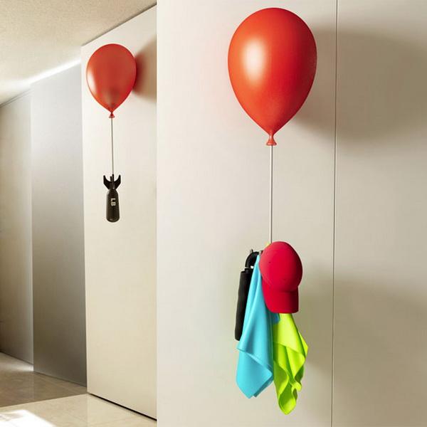 вешалка для одежды в виде бомбы на воздушном шаре
