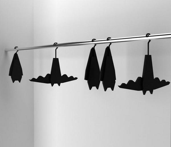Вешалка для одежды, стилизованная под летучую мышь