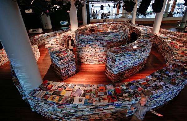 Оригинальный лабиринт из 250000 книг
