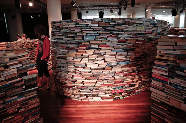 Лабиринт в форме отпечатка пальца из 250000 книг