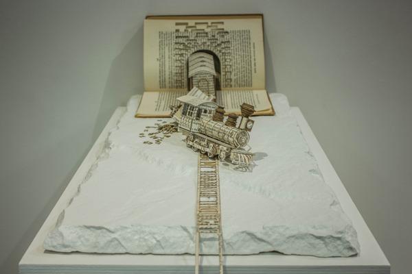 Необычные бумажные скульптуры из книг