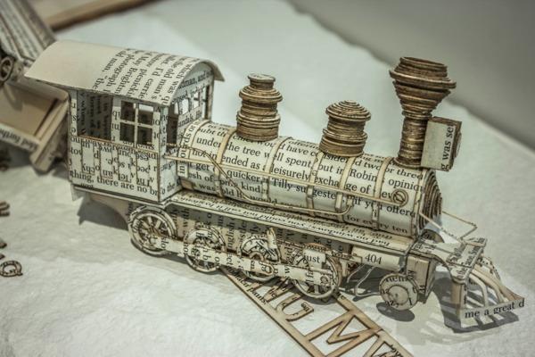 Бумажные скульптуры из книг от художника Thomas Wightman