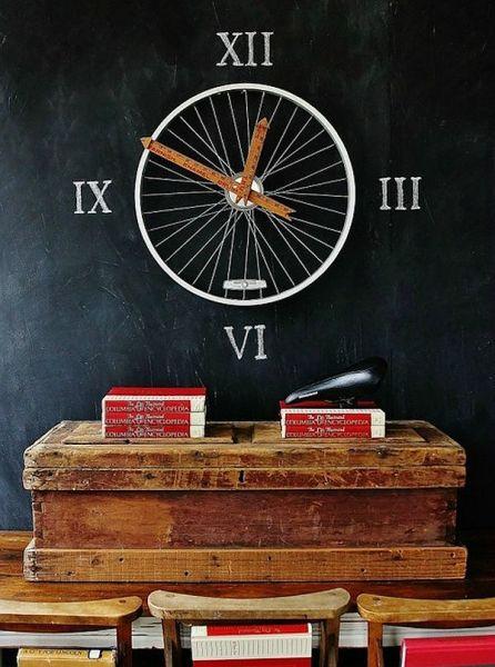 Необычные часы из велосипедного колеса