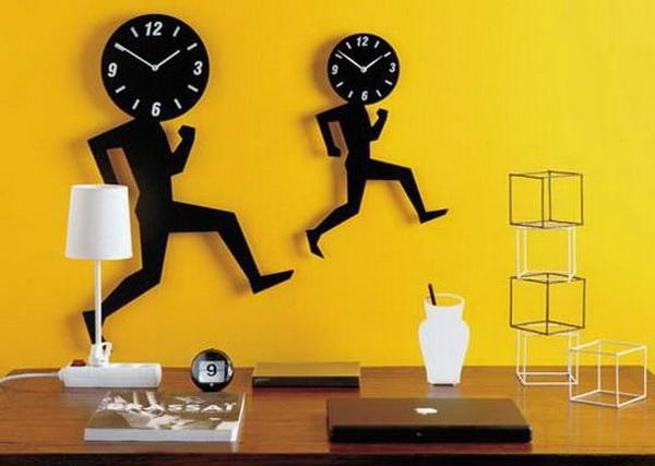 часы в виде бегущих человечков