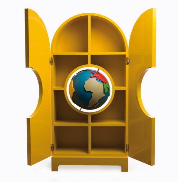 Globe: шкаф для сувениров.