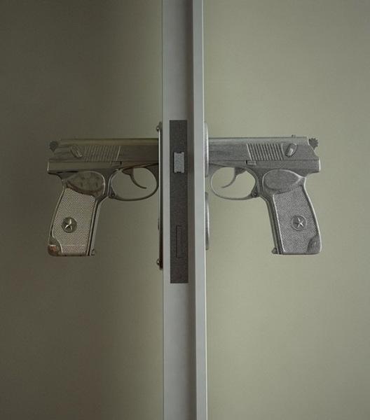 дверная ручка в виде пистолетов