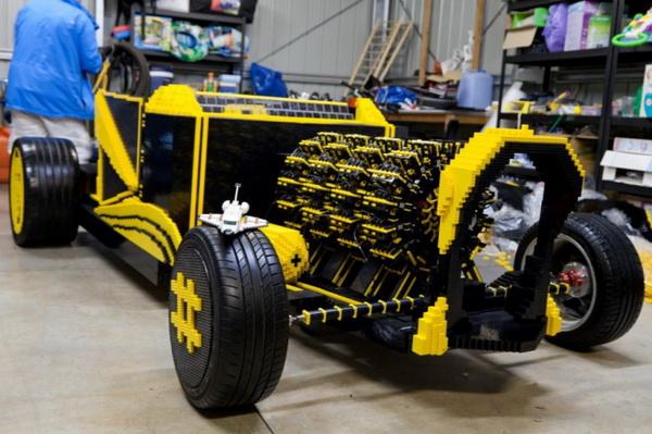 Автомобиль, собранный из конструктора Lego