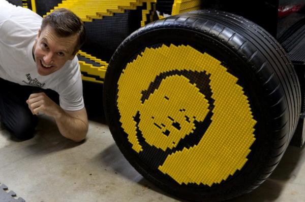 Автомобиль из детского конструктора Lego