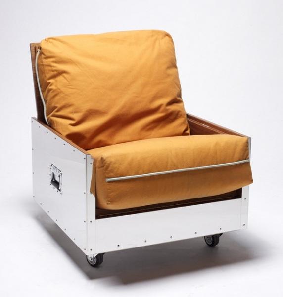 Кресло в коробке из нержавеющей стали.