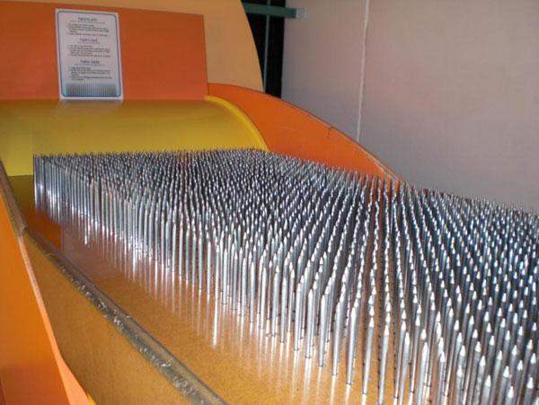 кровать, матрасом для которого служат гвозди