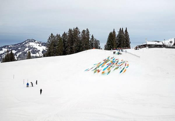 Дизайнер Olaf Breuning раскрасил горный склон во все цвета радуги