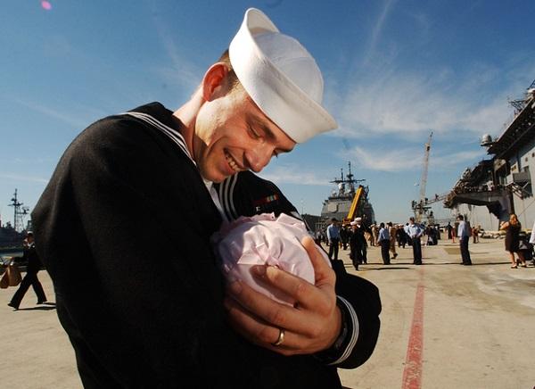 Мужчина, впервые увидевший свою дочь.