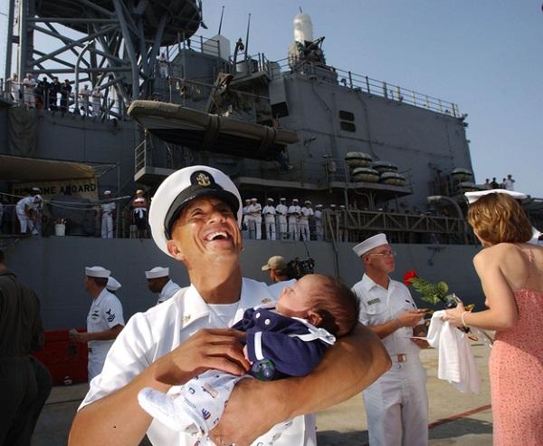 Моряк с ребенком.