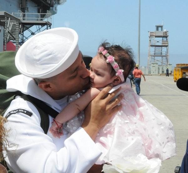 Военнослужащий впервые видит свою дочь.