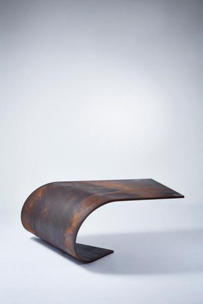 Poised: сбалансированный стол из стали