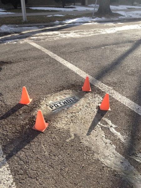Процесс выкладывания мозаики на дороге.