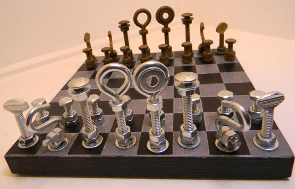 Шахматы из металлических деталей