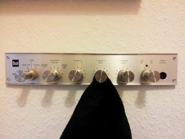 Вешалка для одежды в виде регуляторов громкости