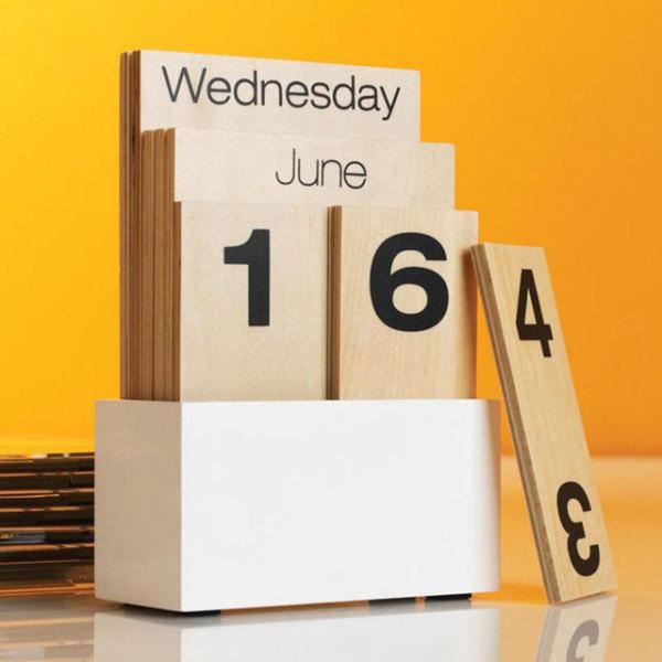 Ручной календарь из натуральной древесины