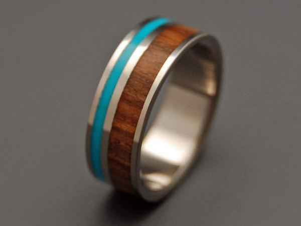 Обручальное кольцо с деревянной вставкой