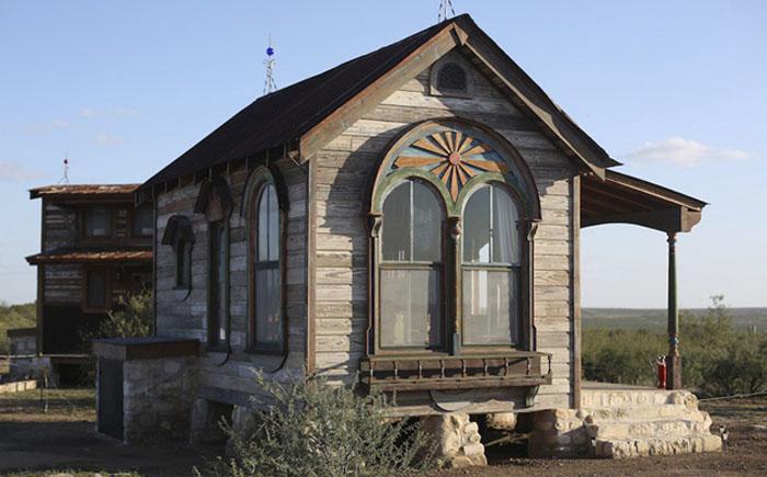 Домик с арочными окнами
