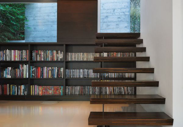 Библиотека под лестницей от Griffin Enright Architects
