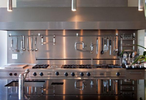 Кухонные принадлежности на фартуке