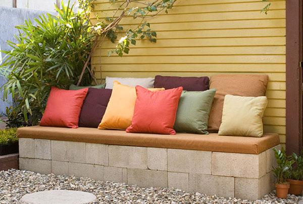 Кушетка из шлакоблоков с яркими подушками